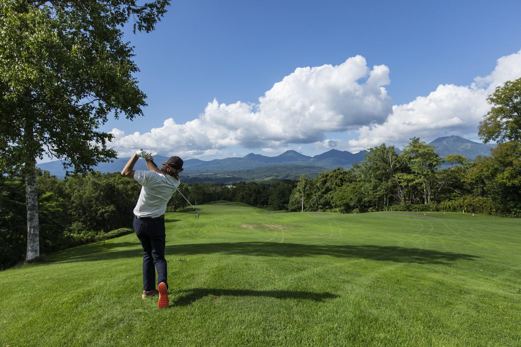 ニセコビレッジゴルフコース|正面に羊蹄山を望む、白樺とカラ松にセパレートされた洋芝が眩しいゴルフコース
